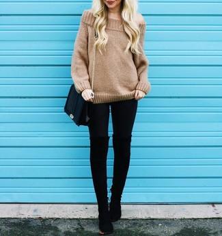 Cómo combinar: bolso bandolera de cuero acolchado negro, botas sobre la rodilla de ante negras, leggings negros, jersey oversized de punto marrón claro