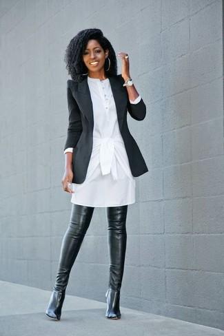 Cómo combinar: reloj plateado, botas sobre la rodilla de cuero negras, vestido camisa blanca, blazer negro