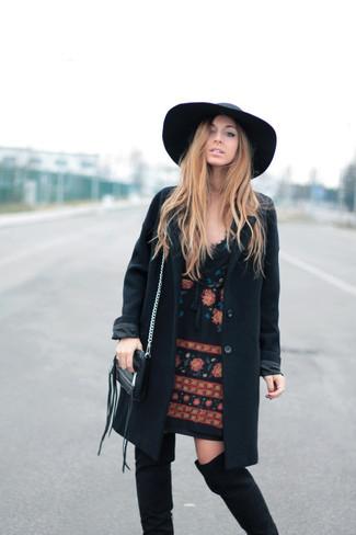 Cómo combinar: sombrero de lana negro, botas sobre la rodilla de ante negras, vestido recto bordado negro, abrigo negro