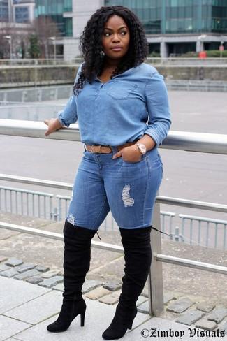 Cómo combinar: correa de cuero marrón claro, botas sobre la rodilla de ante negras, vaqueros pitillo desgastados azules, blusa de botones vaquera celeste