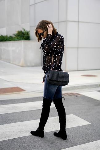 Cómo combinar: bolso bandolera de cuero acolchado negro, botas sobre la rodilla de ante negras, vaqueros pitillo azul marino, blusa de botones a lunares en negro y blanco