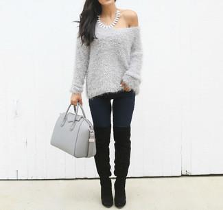 Cómo combinar: bolsa tote de cuero gris, botas sobre la rodilla de ante negras, vaqueros pitillo azul marino, jersey con cuello circular de angora gris