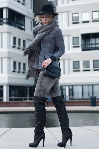 Cómo combinar: bolso bandolera de cuero negro, botas sobre la rodilla de cuero negras, vaqueros pitillo con lavado ácido grises, jersey con cuello circular gris