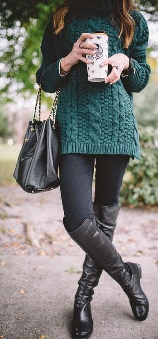 Cómo combinar: mochila con cordón de cuero negra, botas sobre la rodilla de cuero negras, vaqueros pitillo negros, jersey de cuello alto de punto verde oscuro