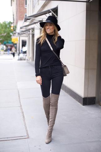 Cómo combinar: bolso bandolera de cuero gris, botas sobre la rodilla de ante grises, vaqueros pitillo negros, jersey de cuello alto negro