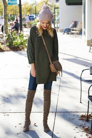 Cómo combinar: bolso bandolera de cuero marrón, botas sobre la rodilla de ante marrónes, vaqueros pitillo azul marino, jersey oversized verde oscuro