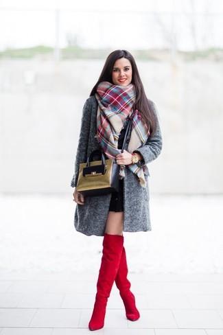 Cómo combinar: bolso bandolera de ante verde oliva, botas sobre la rodilla de ante rojas, vestido ajustado negro, abrigo en gris oscuro