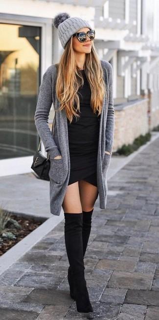 Cómo combinar: bolso bandolera de cuero acolchado negro, botas sobre la rodilla de ante negras, vestido ajustado negro, cárdigan abierto gris