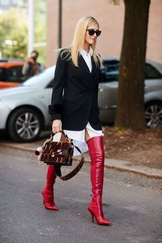 Cómo combinar: bolso bandolera de ante burdeos, botas sobre la rodilla de cuero rojas, vestido camisa blanca, blazer negro