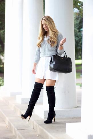 Cómo combinar: bolsa tote de cuero negra, botas sobre la rodilla de ante negras, vestido camisa blanca, jersey corto gris