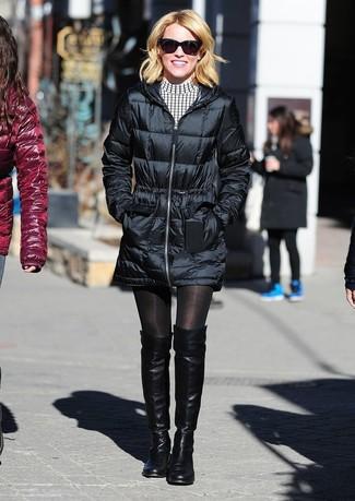 Cómo combinar: gafas de sol negras, botas sobre la rodilla de cuero negras, vestido casual a cuadros en blanco y negro, abrigo de plumón negro