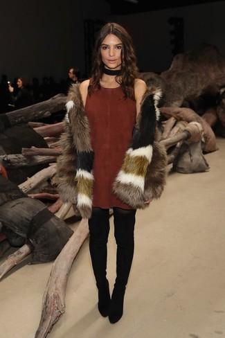 Cómo combinar: gargantilla de ante negra, botas sobre la rodilla de ante negras, vestido de tirantes de ante marrón, abrigo de piel marrón