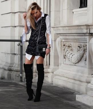 Cómo combinar: bolso bandolera de cuero acolchado negro, botas sobre la rodilla de ante negras, vestido de tirantes de lentejuelas negro, vestido camisa blanca