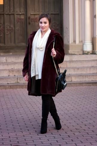 Cómo combinar: bolso de hombre de cuero negro, botas sobre la rodilla de ante negras, vestido jersey blanco, abrigo de piel burdeos
