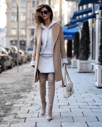 Cómo combinar: bolso de hombre de cuero acolchado blanco, botas sobre la rodilla de ante en beige, vestido jersey gris, abrigo marrón claro