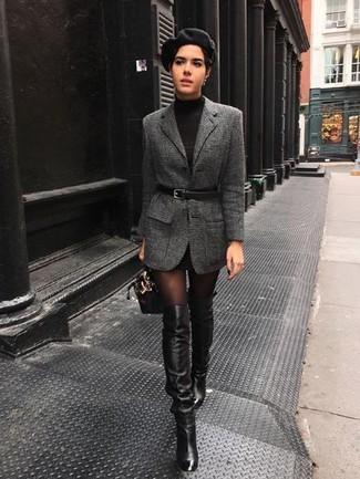 Cómo combinar: cartera de cuero negra, botas sobre la rodilla de cuero negras, vestido jersey negro, blazer de lana en gris oscuro
