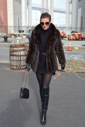 Cómo combinar: bolso bandolera de cuero negro, botas sobre la rodilla de cuero negras, vestido jersey negro, chaqueta de piel en marrón oscuro