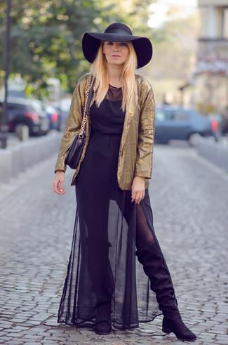 f6b01a9bcb Cómo combinar un blazer dorado con un vestido largo de gasa negro (1 ...