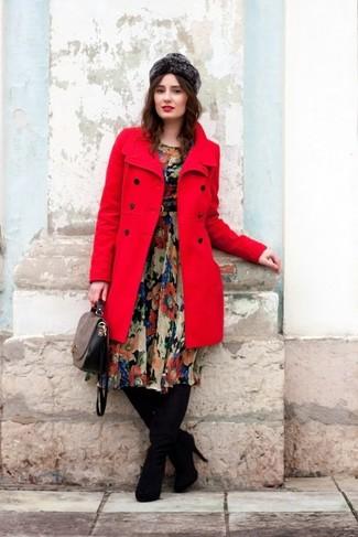 Cómo combinar: bolso de hombre de cuero gris, botas sobre la rodilla de ante negras, vestido midi de gasa con print de flores negro, abrigo rojo