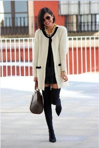 Cómo combinar: bolsa tote de cuero estampada en marrón oscuro, botas sobre la rodilla de ante negras, vestido recto negro, cárdigan abierto de punto en blanco y negro