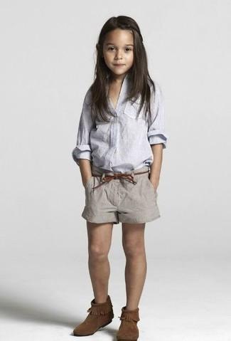 Cómo combinar: botas ugg en marrón oscuro, pantalones cortos grises, camisa de vestir celeste