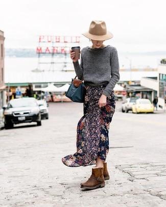 Cómo combinar: bolsa tote de lona azul marino, botas ugg en marrón oscuro, falda larga de gasa con print de flores negra, jersey con cuello circular en gris oscuro