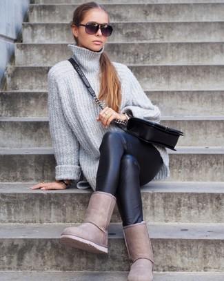 Cómo combinar: bolso bandolera de cuero acolchado negro, botas ugg en beige, leggings de cuero negros, jersey oversized de punto gris