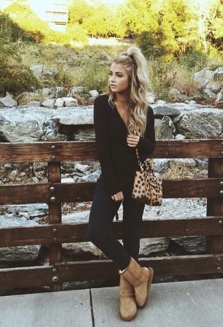 Cómo combinar: bolso bandolera de cuero de leopardo marrón claro, botas ugg marrón claro, pantalones pitillo negros, camiseta de manga larga negra