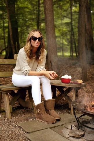 Combinar unos vaqueros pitillo blancos: Emparejar un jersey con cuello circular en beige y unos vaqueros pitillo blancos es una opción cómoda para hacer diligencias en la ciudad. ¿Quieres elegir un zapato informal? Completa tu atuendo con botas ugg marrónes para el día.