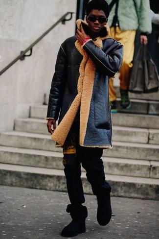 Cómo combinar: gafas de sol negras, botas ugg negras, pantalón de chándal estampado negro, abrigo de piel de oveja negro