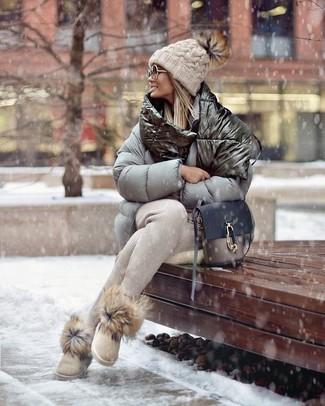 Cómo combinar: bolso bandolera de cuero gris, botas ugg en beige, pantalón de chándal en beige, plumífero gris
