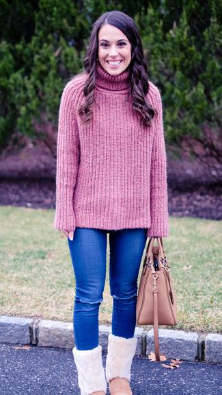 Cómo combinar: bolsa tote de cuero rosada, botas ugg rosadas, vaqueros pitillo desgastados azules, jersey de cuello alto de punto rosado