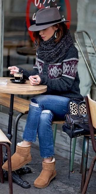 Cómo combinar: bolsa tote de cuero negra, botas ugg marrón claro, vaqueros desgastados azules, cárdigan estampado en gris oscuro