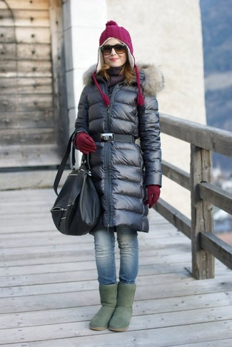Cómo combinar: mochila de cuero negra, botas ugg verdes, vaqueros pitillo desgastados azules, abrigo de plumón negro