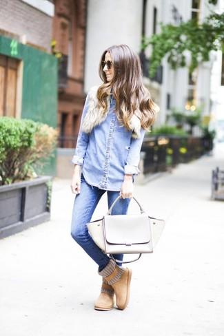 Cómo combinar: bolso de hombre de cuero gris, botas ugg marrón claro, vaqueros pitillo azules, camisa vaquera celeste
