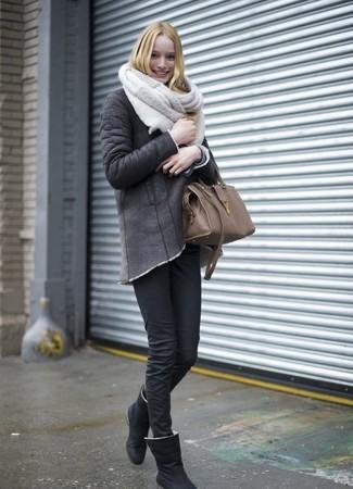 Cómo combinar: bolsa tote de cuero marrón, botas ugg negras, vaqueros pitillo negros, chaqueta de piel de oveja en gris oscuro