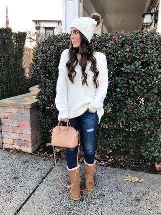 Cómo combinar: bolsa tote de cuero rosada, botas ugg marrón claro, vaqueros pitillo desgastados azul marino, jersey oversized de punto blanco