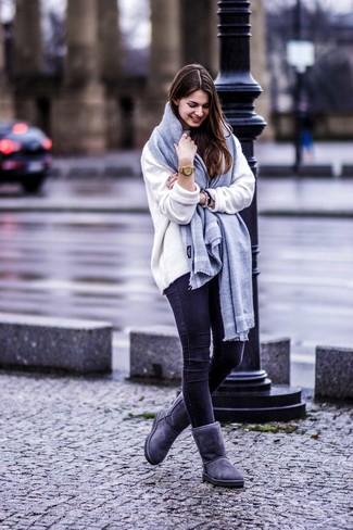 Cómo combinar: bufanda gris, botas ugg en gris oscuro, vaqueros pitillo negros, jersey oversized blanco