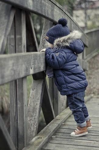Cómo combinar: gorro azul marino, botas marrónes, vaqueros azul marino, chaqueta azul marino