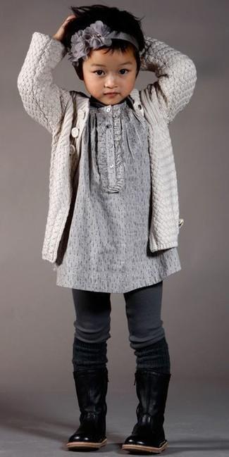 Cómo combinar: cinta para la cabeza gris, botas de cuero negras, vestido gris, cárdigan en beige
