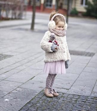 Cómo combinar: guantes grises, botas en beige, vestido de tul rosado, chaqueta de pelo blanca