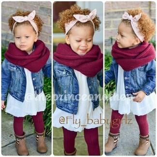 Cómo combinar: bufanda roja, botas marrónes, vestido blanco, chaqueta vaquera azul