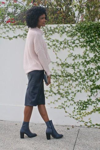 Cómo combinar: cartera sobre de cuero azul marino, botines de cuero azul marino, falda lápiz de cuero negra, jersey oversized de punto rosado