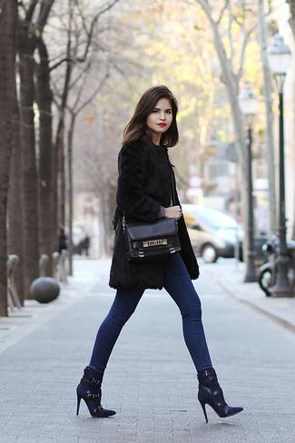 Cómo combinar: bolso de hombre de cuero negro, botines de ante azul marino, vaqueros pitillo azules, abrigo de piel negro