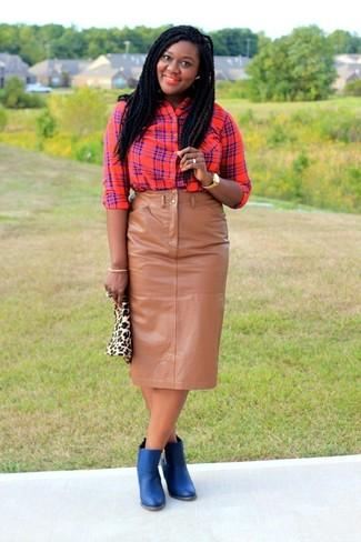 Cómo combinar: cartera sobre de ante de leopardo en beige, botines de cuero azules, falda lápiz de cuero marrón claro, camisa de vestir de tartán roja