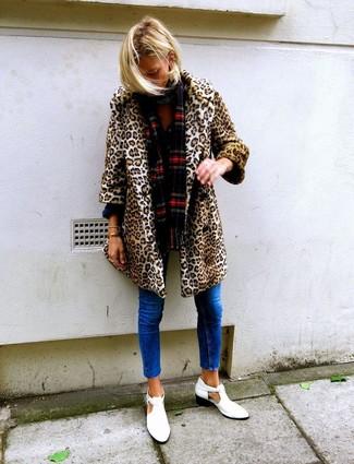 Cómo combinar: bufanda de tartán roja, botines de cuero con recorte blancos, vaqueros pitillo azules, abrigo de piel de leopardo marrón claro