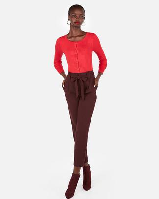 Cómo combinar: pendientes dorados, botines de ante burdeos, pantalón de pinzas burdeos, cárdigan rojo