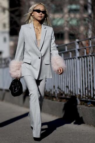 Combinar un traje: Elige una camiseta con cuello circular marrón claro y un traje para conseguir una apariencia glamurosa y elegante. Botines de ante negros son una opción estupenda para completar este atuendo.