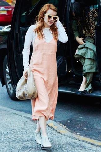 Cómo combinar: mochila con cordón con print de flores en beige, botines de cuero grises, camiseta de manga larga blanca, pichi rosado