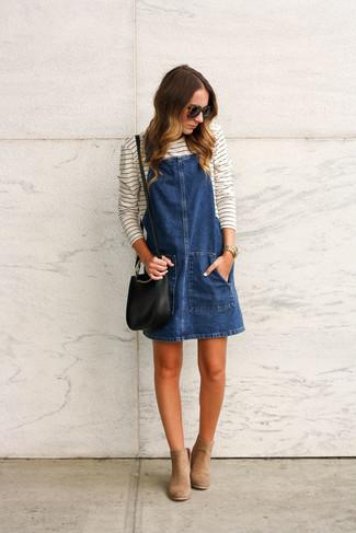 Cómo combinar: bolso bandolera de cuero negro, botines de ante marrón claro, camiseta de manga larga de rayas horizontales en blanco y negro, pichi vaquero azul marino